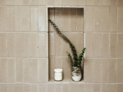 Zuhause: Glazed Thin Brick Guest Bath