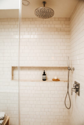 Zuhause: White Bathroom Tiles Main Bath