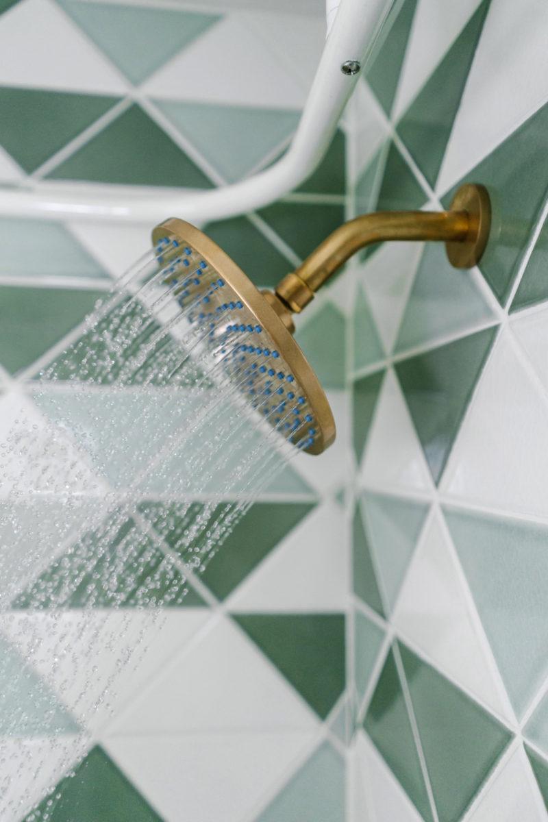 shower membersihkan kamar mandi tips